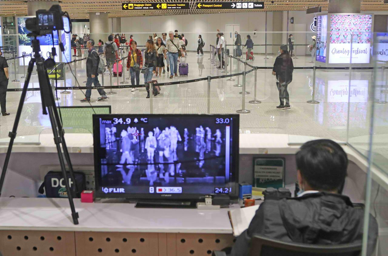 MACTAN-CEBU International Airport monitors arriving passengers from China using thermal scanners. Photo by Gelo Litonjua/Rappler