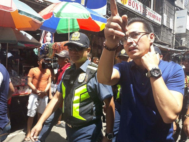 INSPECTION. Manila Mayor Isko Moreno does the rounds in Divisoria on July 3, 2019, before the start of street clearing operations. Photo from Moreno's Facebook page