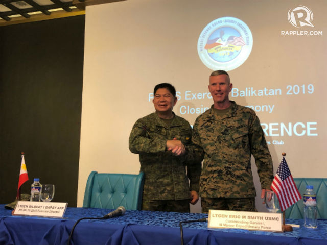 PARTNERSHIP. Philippine Balikatan Exercise Director Lt.Gen Gilbert Gapay and US Marine Commanding General Lt.Gen Eric Smith talk to reporters in a press conference. Photo by Sofia Tomacruz/Rappler