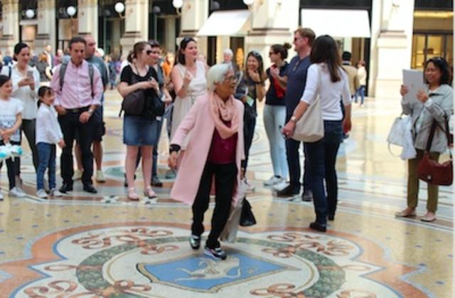 Masyarakat setempat percaya bahwa kalau kita berputar tiga kali di Galleria Vittorio Emanuele II di Milan, keinginan kita akan terkabul. Foto oleh Don Kevin Hapal.