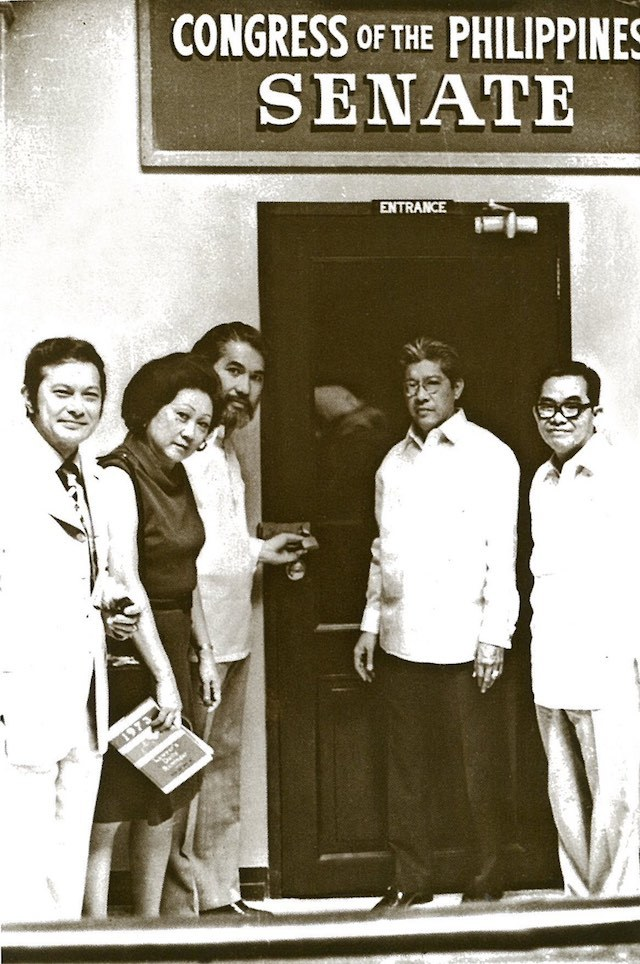 "LOCKED. Senators Doy Laurel, Eva Estrada Kalaw, Ramon Mitra, Gerry Roxas, and Jovito Salonga in 1973, outside the padlocked Senate Session Hall. Photo from ""Doy Laurel"" by Celia Diaz-Laurel, from the Official Gazette"