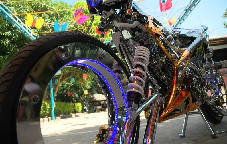 Watch Filipino Bike Enthusiasts Create Hubless Motorcycle