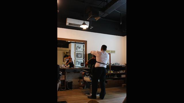 Interior ruangan Back Alley Barbershop mirip dengan barbershop di Brooklyn. Foto oleh Lewi Aga Basoeki/Rappler