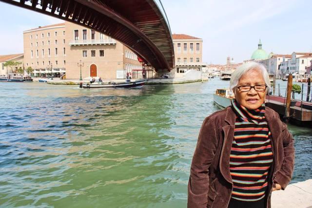 Nenek penulis saat berada di Venesia. Foto oleh Don Kevin Hapal.