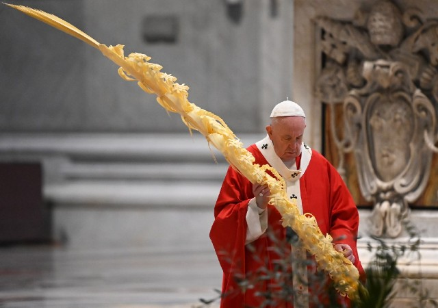 Pope Francis livestreams Palm Sunday mass due to virus 'tragedy'