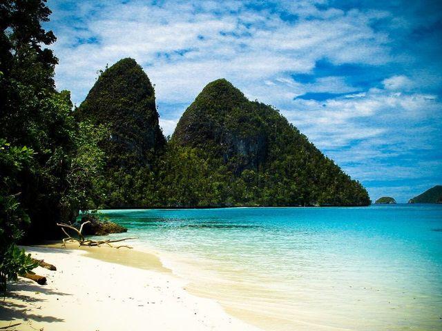 Pulau Salawati masih belum ramai oleh turis. Foto dari rajaampatholidays/IDN Times