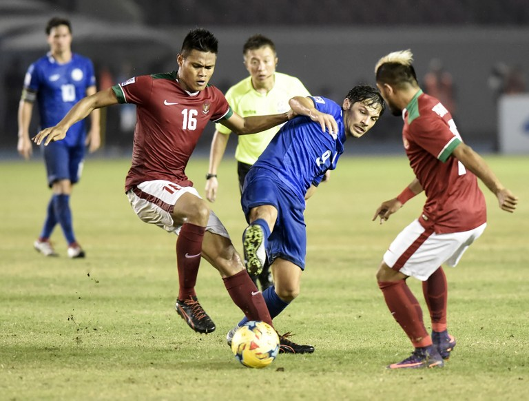 86c2b5bd6 Misagh Bahadoran (pictured in blue) and Phil Younghusband find the back