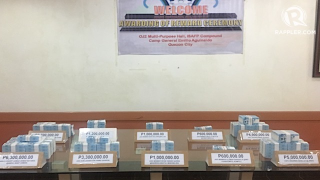 REWARD MONEY. The Philippine military hands out P27.6 million reward money to 10 informants in a ceremony in Camp Aguinaldo on May 31, 2018. Rappler photo