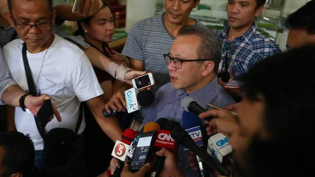 SC MEETING. Supreme Court Spokesman Theodore Te updates the media on the request to hold an executive session with Defense Secretary Delfin Lorenzana and AFP chief General Eduardo Año on  June 15, 2017. Photo by Franz Lopez/Rappler