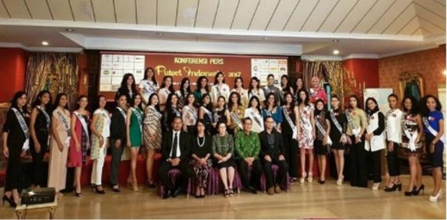 Seluruh kontestan berfoto bersama dengan jajaran Yayasan Puteri Indonesia. Foto dari Instagram/@officialputeriindonesia