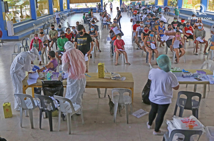 TESTING. Residents of Barangay Mabolo are tested for coronavirus. Photo by Gelo Litonjua/Rappler