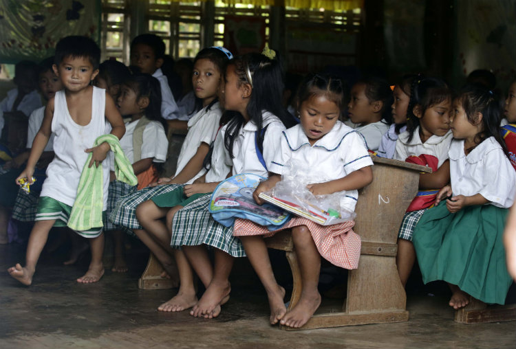 BACK TO SCHOOL. Overcrowding in schools is a phenomenon common in over-populated areas such as Metro Manila, Metro Cebu, and Metro Davao. File photo by Dennis M. Sabangan/EPA
