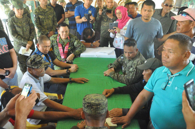 RESOLUTION. Maguindanao Governor Esmael Mangudadatu witnesses the Kanduli ceremony at the 33rd Infantry Battalion headquarters on November 8, 2018, to celebrate the resolution of clan feud between the Pandapatan and Ayup families of Lumabao village. Photo courtesy of the Army 33rd IB