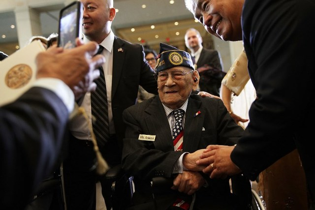 WAR VETERANS. Celestino Almeda (C), a Filipino veteran representing the Philippine Commonwealth Army, is greeted by other guests during the ceremony. Photo by Alex Wong/Getty Images/AFP