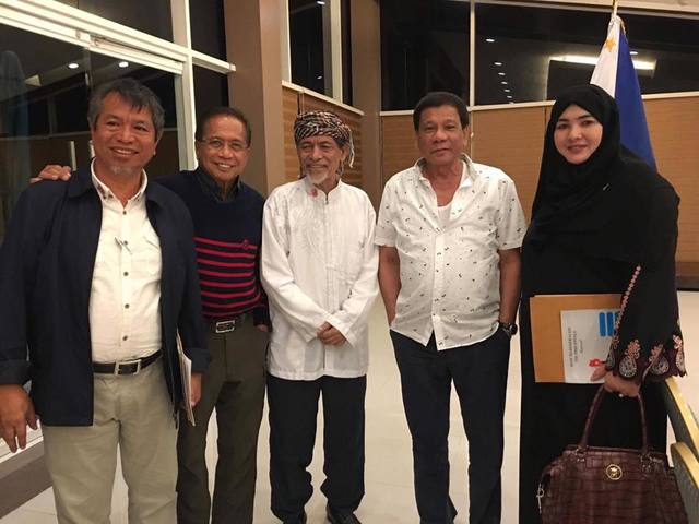 STANDING WARRANT. Despite a standing warrant of arrest, MNLF founding chairman Nur Misuari meets with President Rodrigo Duterte and Peace Secretary Jesus Dureza in Davao City on September 16, 2017. Photo from Office of the Presidential Adviser on the Peace Process (OPAPP) Facebook page