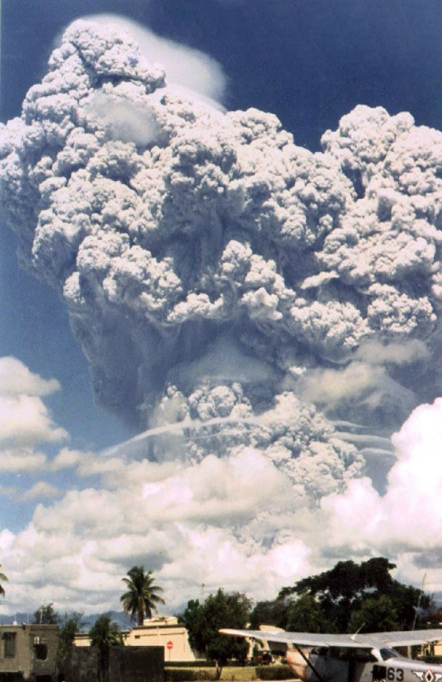 eruption of mt pinatubo Mount pinatubo volcano erupting in skyblotting cloud of steam ash rm  the  pinatubo volcano eruption in philippines on august 02 1991 abandonned  villages.
