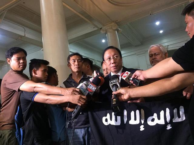 REBELLION? Solicitor General Jose Calida takes the ISIS flag to the Supreme Court (SC) on June 14, 2017 as part of evidence to say that ISIS links to local terror groups is proof that the Marawi City siege is a case of rebellion. Photo by Lian Buan/Rappler