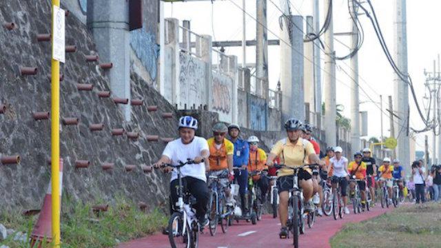 BIKE LANE. Cyclists keep to the MMDA bike lanes. Rappler file photo