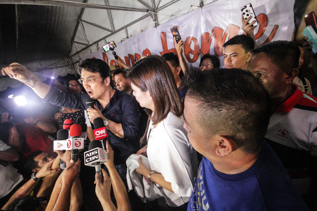 BACK HOME. Revilla faces supporters as he arrives home in Bacoor, Cavite, after being freed from a 4-year detention. Photo by Rambo Talabong/Rappler