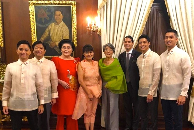 FAMILY PICTURE. The Marcoses in front of the portrait of their patriarch in Malacañang after Senator Imee Marcos (4th from left) and Ilocos Norte Governor Matthew Manotoc (right) took their oath before President Rodrigo Duterte. Photo from Imee Marcos' Twitter page