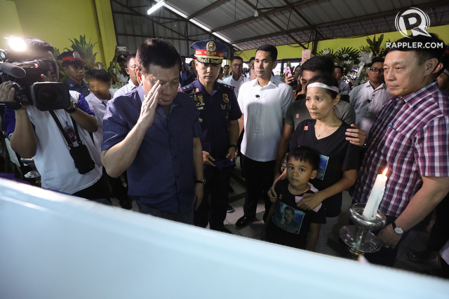 COMMANDER'S GOODBYE. President Rodrigo Duterte salutes the late SPO1 Junior Hilario. Presidential photo