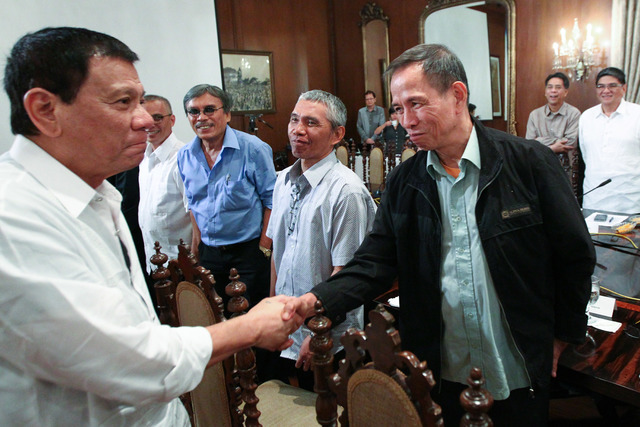 MEETING DUTERTE. President Rodrigo Duterte shakes hands with Benito Tiamzon, political consultant of the National Democratic Front, in a meeting at the Malacañang State Dining Room on September 26, 2016.