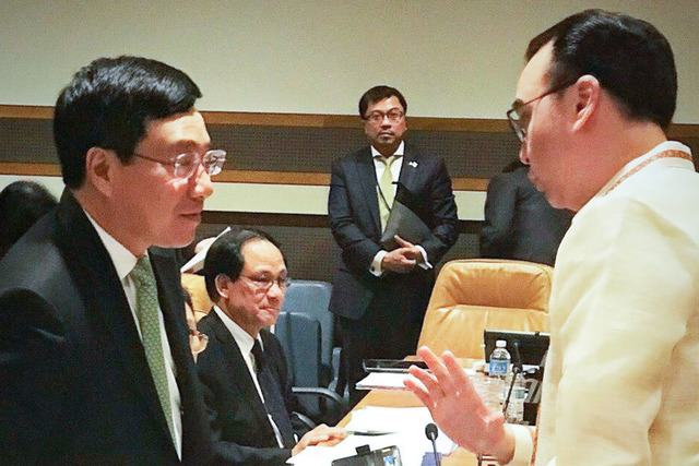 ASSURANCE. Philippine Foreign Secretary Alan Peter Cayetano assures Vietnamese Deputy Prime Minister and Foreign Minister Pham Binh Minh that the Philippines will conduct a fair and thorough probe into the deaths of two Vietnamese fishermen. Photo from DFA