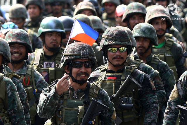 SERVICE. Members of the PNP Special Action Force from war-torn Marawi City get a hero's welcome from the public as they arrive at Camp Bagong Diwa in Taguig City. File photo by Ben Nabong/Rappler