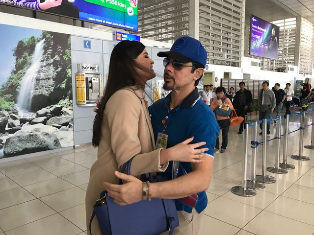 ALL GROWN UP. Mariel gets a hug from her father, actor Christopher de Leon as she competes in Japan for Miss International 2017.
