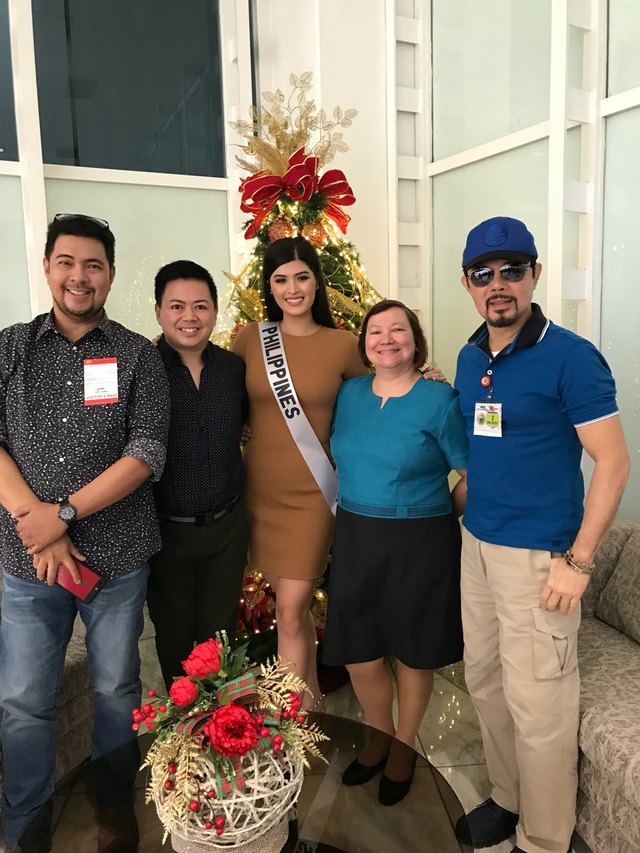 SEND-OFF. Rappler contributor Voltaire Tayag, Christopher de Leon and the Binibining Pilipinas Charities staff led by Gines Enriquez and Liliana Soriano send Mariel off to Japan. All photos by Voltaire Tayag/Rappler
