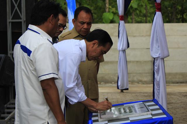 Presiden Jokowi meresmikan PLTS di desa Oelpuah Kabupaten Kupang, NTT, pada 27 Desember 2015. Foto oleh Kornelis Kaha/Antara