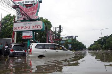 minimnya drainase diduga jadi penyebab banjir bandung rh rappler com