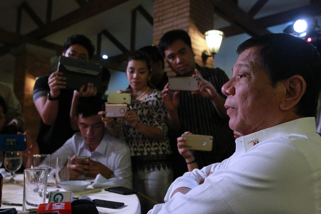 MEDIA NIGHT. In this file photo, President Rodrigo Duterte talks casually to journalists during a dinner he hosts for them on November 15, 2016. Malacañang file photo