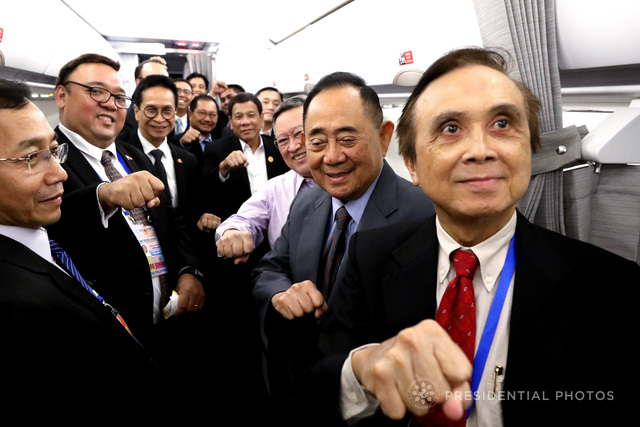 IN DUTERTE'S CIRCLE. Presidential Spokesman Harry Roque joins Cabinet officials in making the clenched fist gesture with President Rodrigo Duterte on their way to Vietnam. Malacañang photo