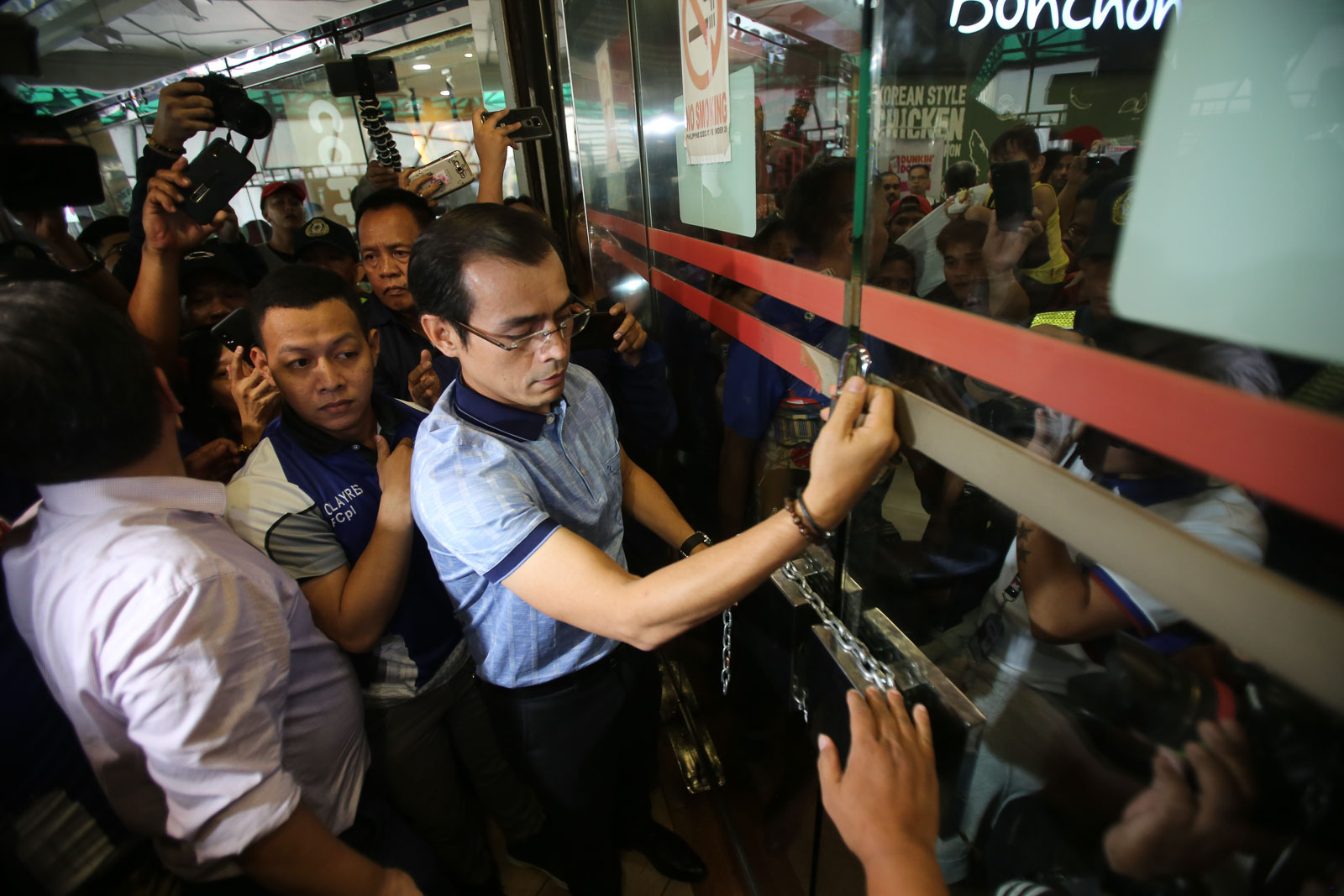 CLOSING ISETANN. Manila Mayor Isko Moreno serves a closure order for the Isetann mall in Recto, Manila on October 9, 2019. Photo by Inoue Jaena/Rappler
