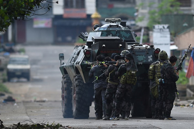 ASSAULT. Members of the police special forces maneuver as they assault Muslim militants' hide out near the city hall in Marawi City on May 28, 2017. File photo by Ted Aljibe/AFP