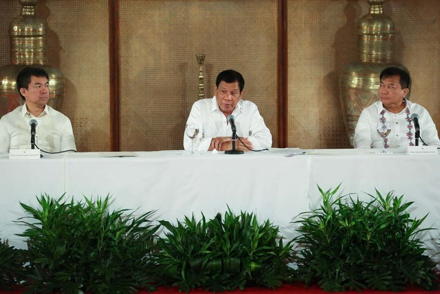 DUTERTE ALLIES. Senate President Aquilino Pimentel III (left) and Speaker Pantaleon Alvarez (right) look at President Rodrigo Duterte during a press conference on March 13, 2017. Malacañang file photo