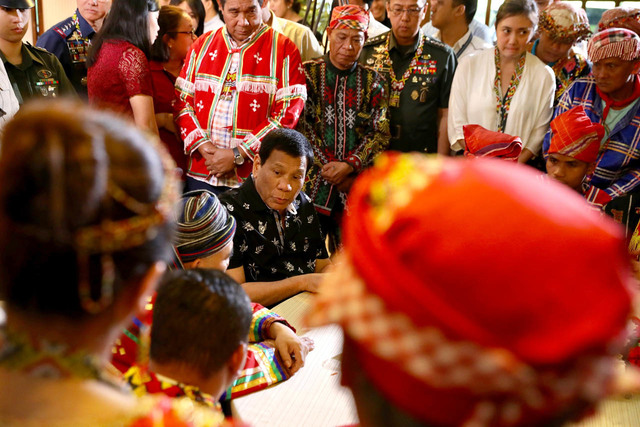 PROPOSAL. President Rodrigo Duterte meets with leaders of various indigenous peoples on November 8, 2018. Malacañang file photo