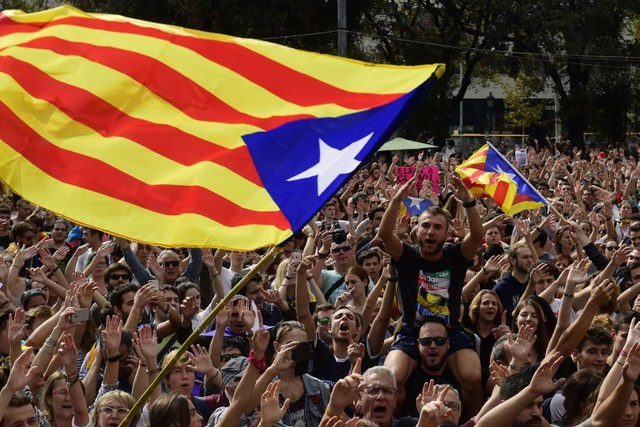 AUTONOMY. People shout slogans as they wave Catalan pro-independence 'Estelada' flags during a protest in Barcelona on October 2, 2017. Photo by Pierre-Philippe Marcou/AFP