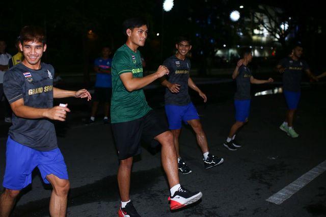 Tim sepakbola Thailand latihan di jalan
