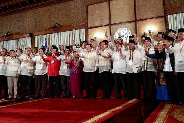 GOVERNANCE CHALLENGES AHEAD. President Rodrigo Duterte flashes the peace sign as he poses for a photo with the members of the Bangsamoro Transition Authority following their oath-taking in Malacañang. Malacañang photo