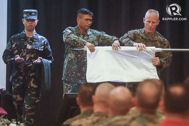 CLOSING CEREMONY. Philippine and US soldiers roll up the Balikatan flag to formally close the 34th Philippines-United States Balikatan Exercises at Camp Aguinaldo on May 18, 2018. Photo by Darren Langit/Rappler