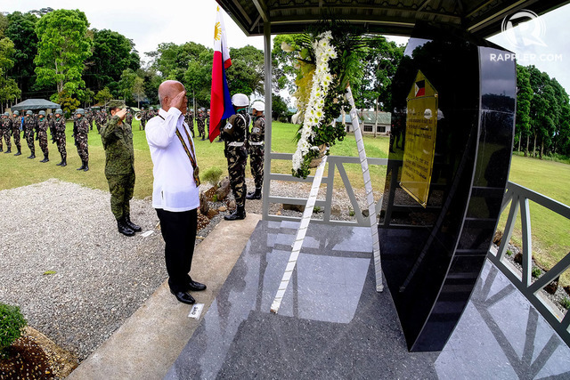 HONORING THE DEAD. Defense Secretary Delfin Lorenzana leads a wreathe-laying ceremony for soldiers killed in Marawi. Photo by Bobby Lagsa/Rappler