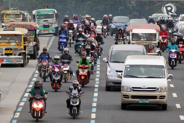 MOTORCYCLE LANE. Motorcyle riders are allotted their own lane along Commonwealth Avenue in Quezon City. Photo by Joel Liporada/Rappler