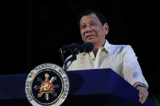 PROMISE TO SOLDIERS. President Rodrigo Duterte promises soldiers he will give them bigger houses in exchange for the homes to be given to Kadamay. Malacañang file photo