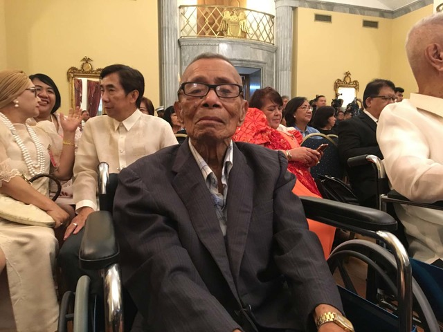 OVERDUE RECOGNITION. Technical Sergeant Sixto Navidad is the oldest Filipino veteran to receive the US Congressional Medal, the highest civilian award in the US, bestowed on a person or a group that performed an 'outstanding deed or act of service to the security, prosperity, and national interest of the US.' Photo by Carmela Fonbuena/Rappler