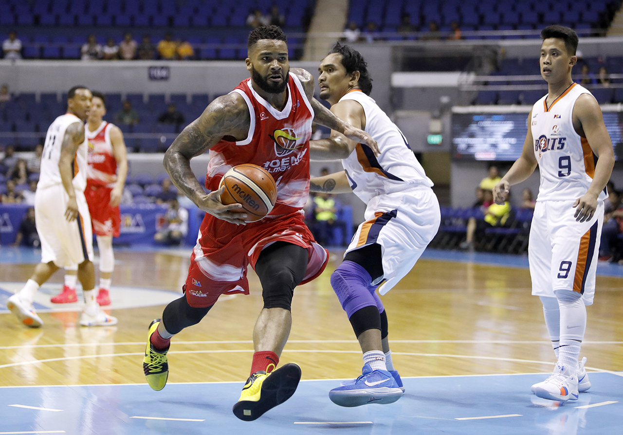e0d33b3910f ON A ROLL. Phoenix's Eugene Phelps drives past Meralco's Brian Faundo in the  game where