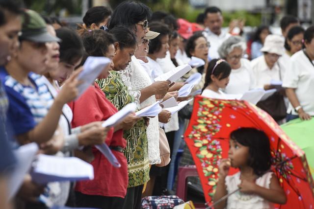 IBADAH NATAL. Jemaat GKI Yasmin Bekasi dan HKBP Filadelfia Bogor mengikuti ibadah perayaan Natal di seberang Istana Merdeka, Jakarta, Minggu, 25 Desember. Mereka meminta Presiden Joko Widodo melindungi hak-hak warga negara untuk Foto oleh Hafidz Mubarak A./ANTARA