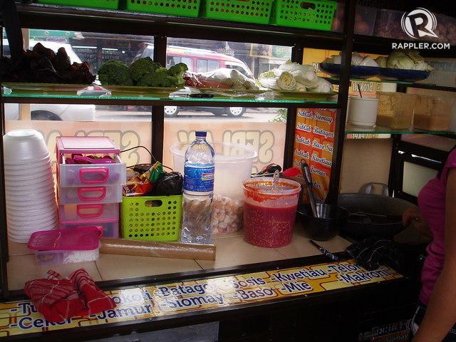 Pedagang kaki lima harus mencari pengganti styrofoam untuk kemasan makanan yang lebih murah. Foto oleh Yuli Saputra/Rappler