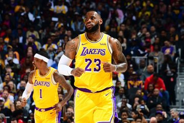 huge discount 597eb 85aac Hawks fans taunt Lakers' LeBron: 'Kobe's better'